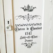 Skrivbord ca 100 år med fransk text och krona