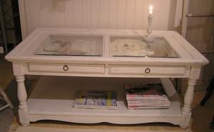 Svarvat soffbord med lådor och glasskivor