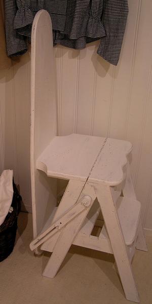 Gammal udda strykbräda kombinerad stol