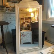 Helkroppsspegel med träram och tredelat glas