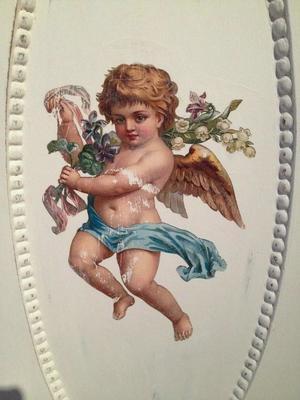 Jugendskänk med änglar och fransk text