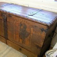 Kista 1700-tal med sniderier och lådor som låses inifrån