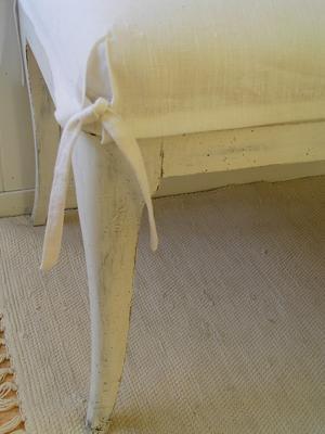 Stoppad sittbänk med vitt linneöverdrag