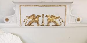 Sengustaviansk träsoffa med gulddetaljer