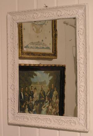 Rektangulär spegel med ornamenterad ram