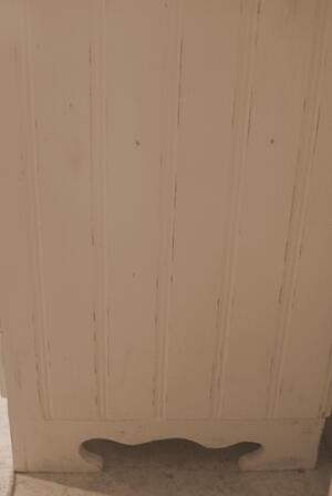 Köksskänk köpmandisk med pärlspont och fransk text