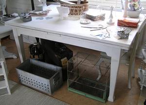 Stort matbord med utdragsskivor