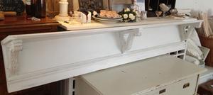 183 cm lång sekelskiftshylla med snidade konsoller