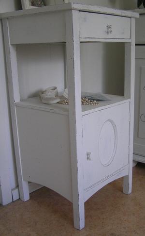 Nätt nattduksbord med oval i dörren